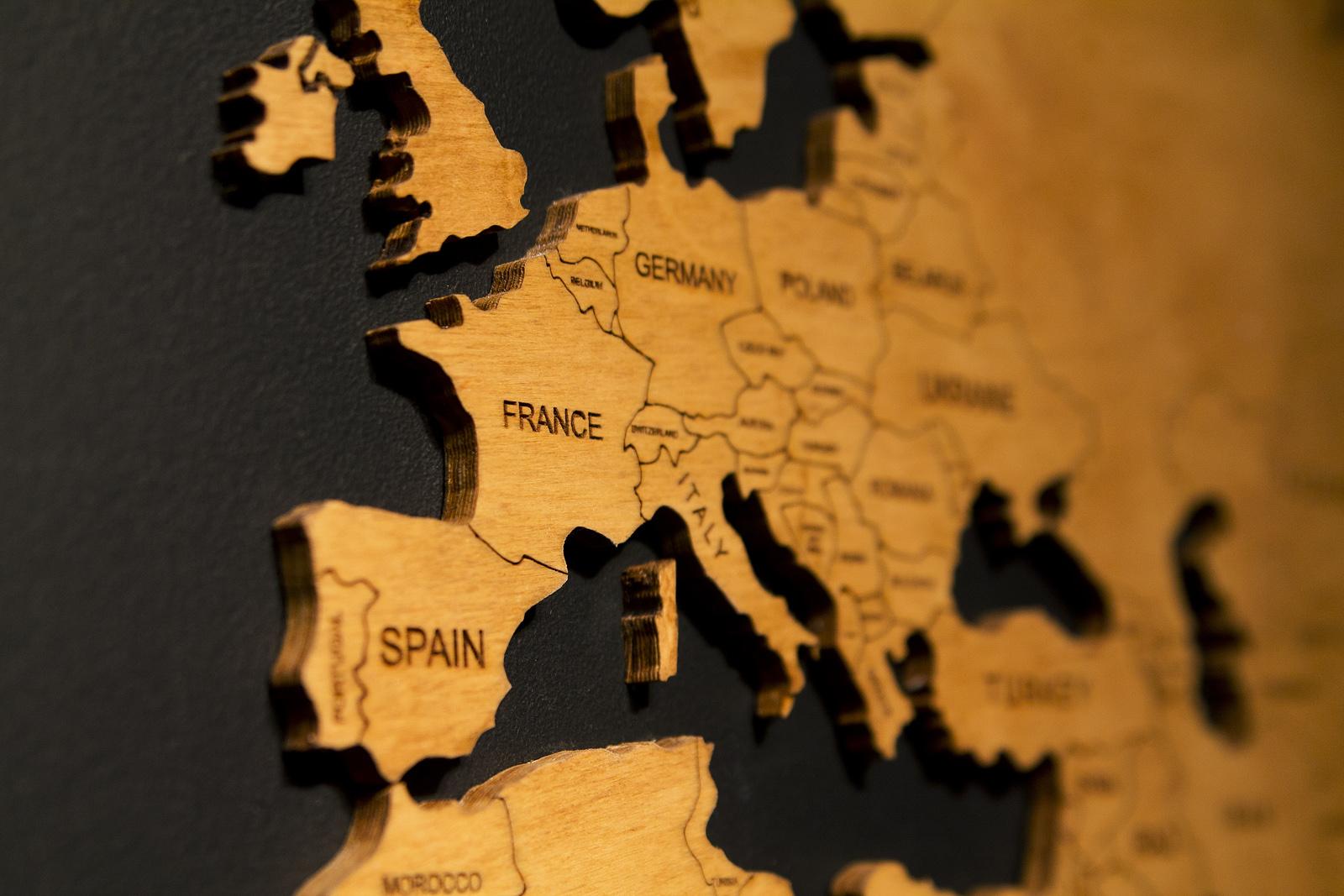 drewniana mapa na ścianie