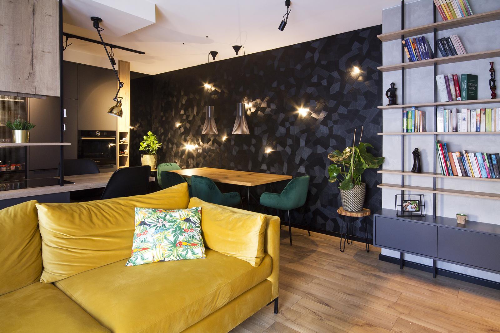 eleganckie i wygodne wnętrza żółta welurowa kanapa