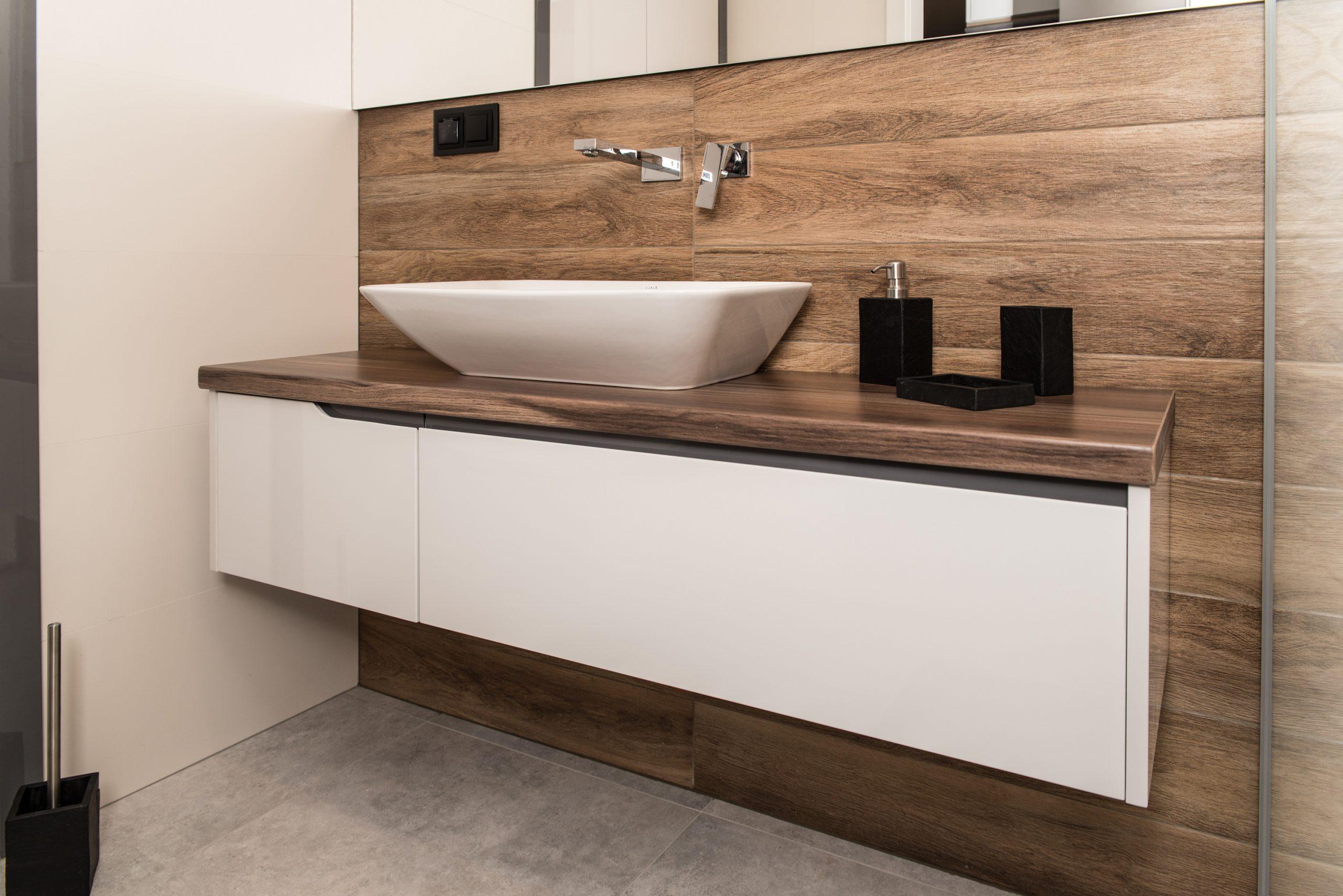 łazienka z bielą i drewnem
