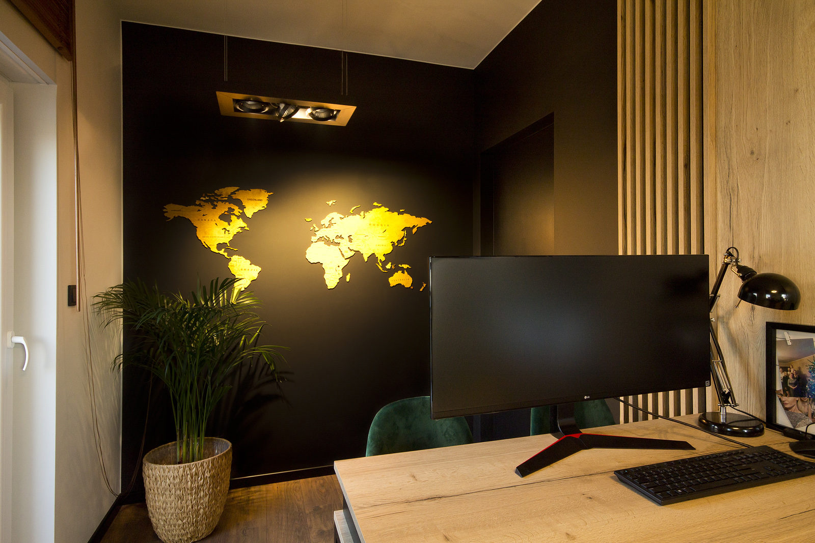 meble na wymiar pokój do pracy z drewnianą mapą na ścianie