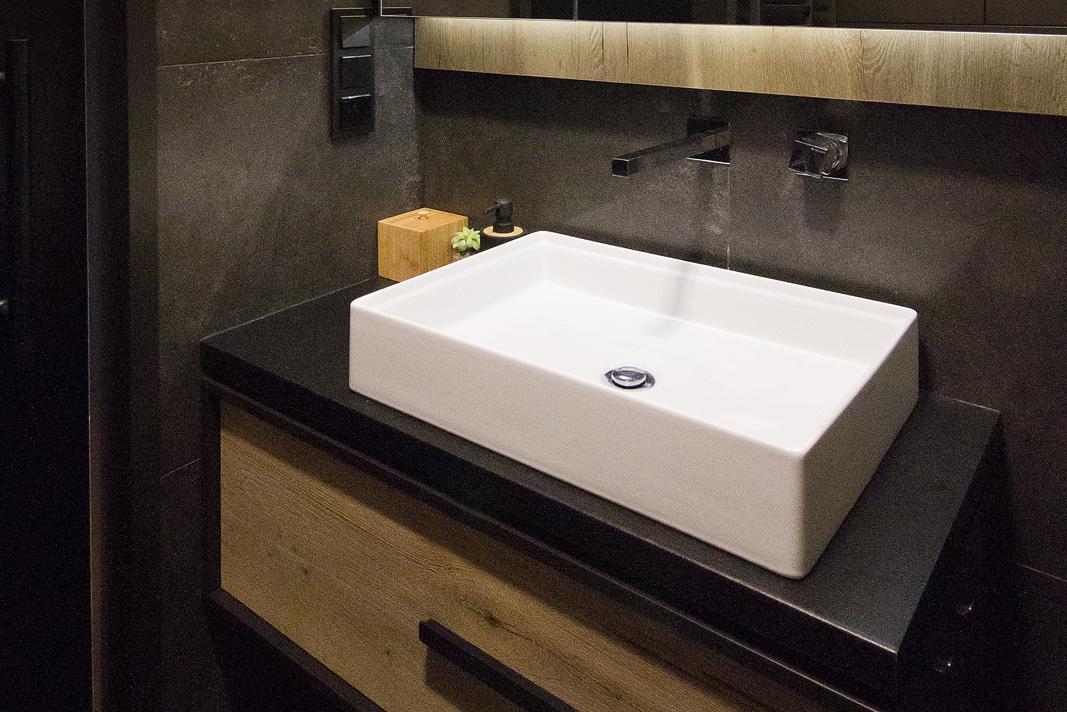 meble-na-wymiar-umywalka -z-szafką-drewnianą